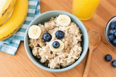 Tuition for children in Croydon. Nursery nutrition for kids. Oatmeal with bananas and blueberries.